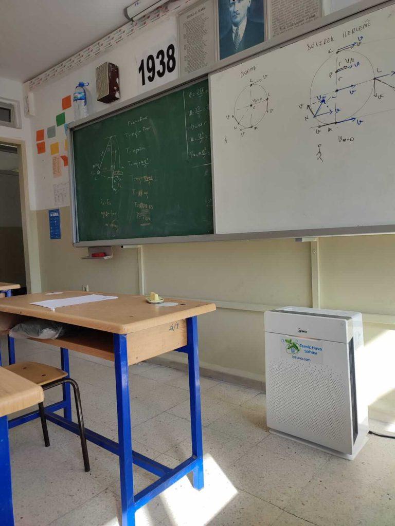 Kadıköy Anadolu Lisesi'nde WINIX Zero Pro hava temizleyici kullanan bir sınıf